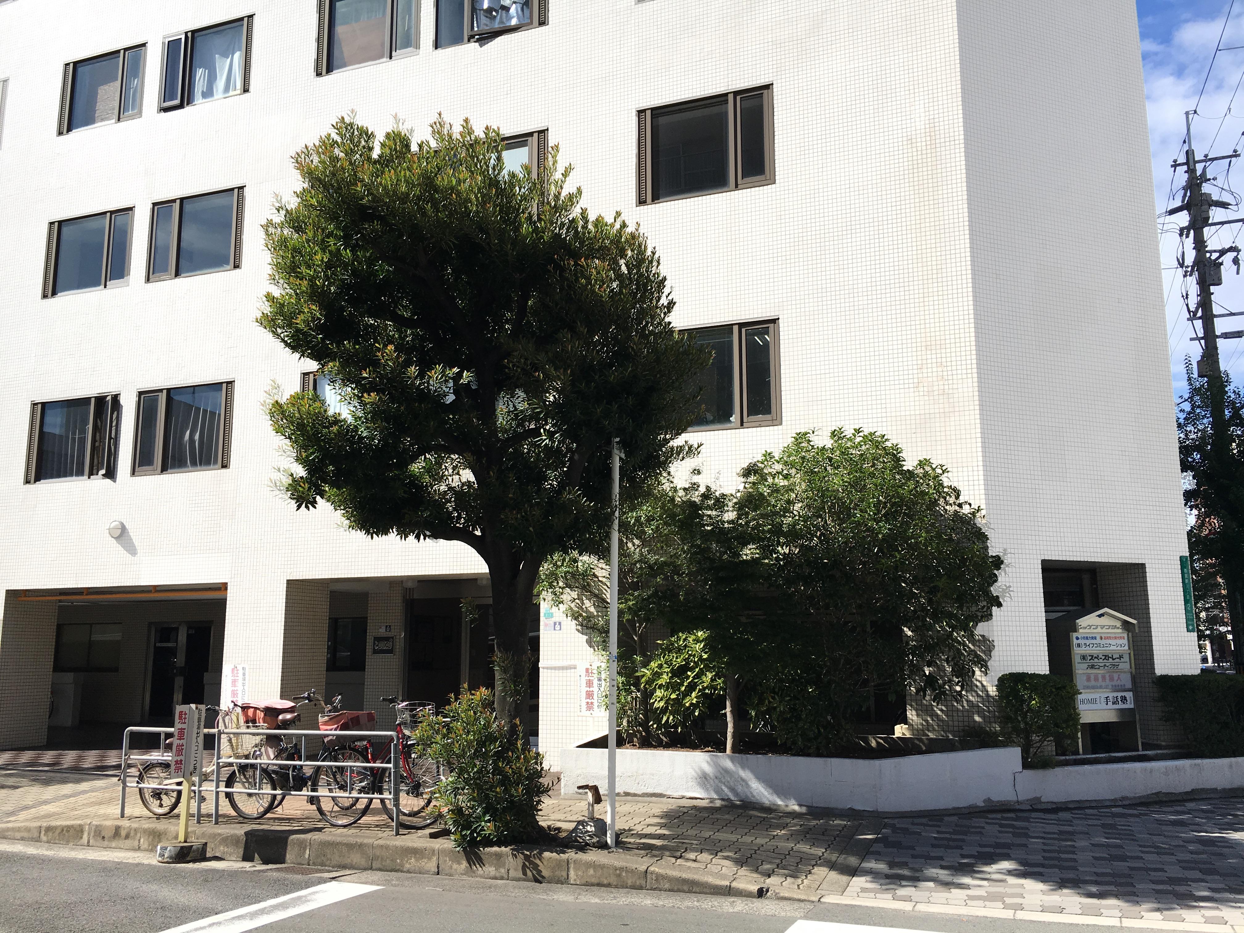 事務所のビルの外観