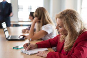 申請方法の講義を聞いている女性