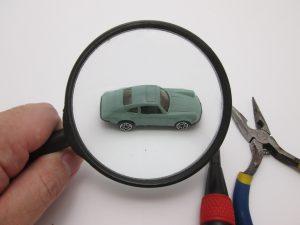 車を調べている画像