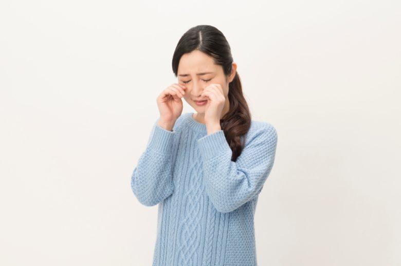 特車オンラインシステムが不調で泣いている女性
